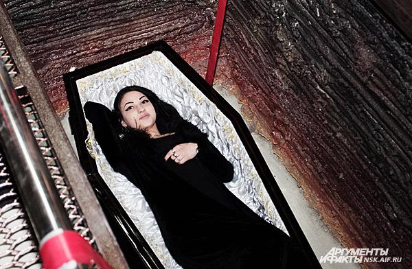 девушка в гробу фото